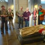 Die Pilger versammeln sich am Grab des Hl. Matthias zum Gebet